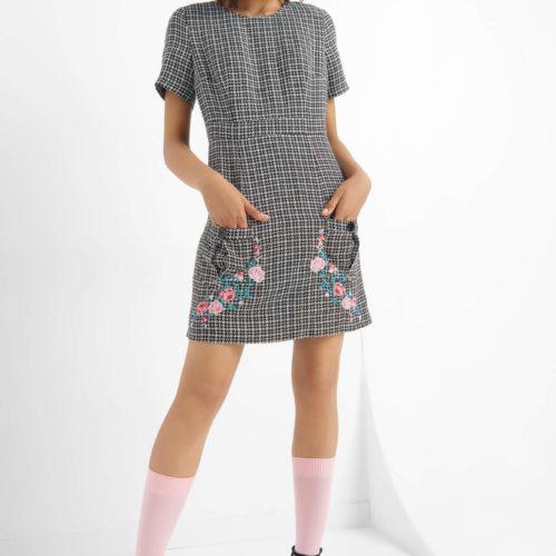 Kariertes Kleid mit Stickerei