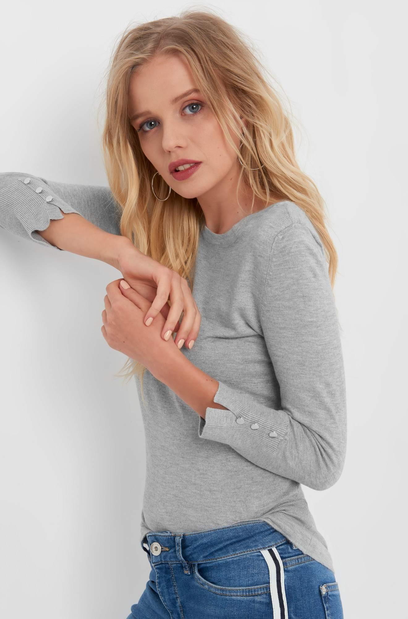 Pullover mit silbernen Knöpfen