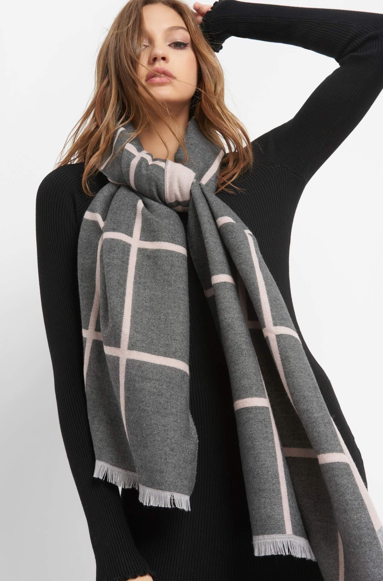 Langer Schal mit Karomuster